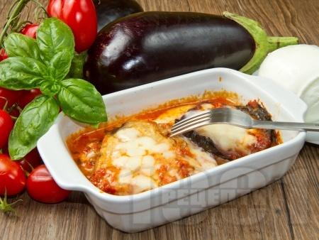 Патладжани на фурна с доматен сос и моцарела - снимка на рецептата